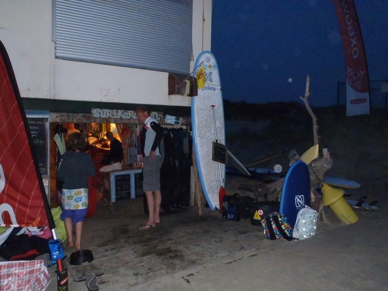 Surfen met volle maan. Helaas zijn de actie foto's te donker...